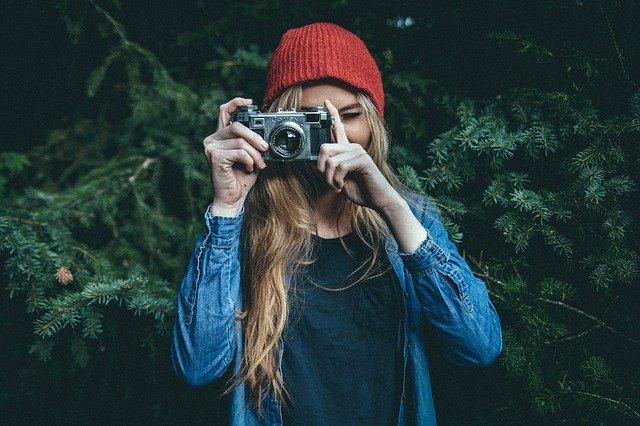 femme avec appareil photo de face
