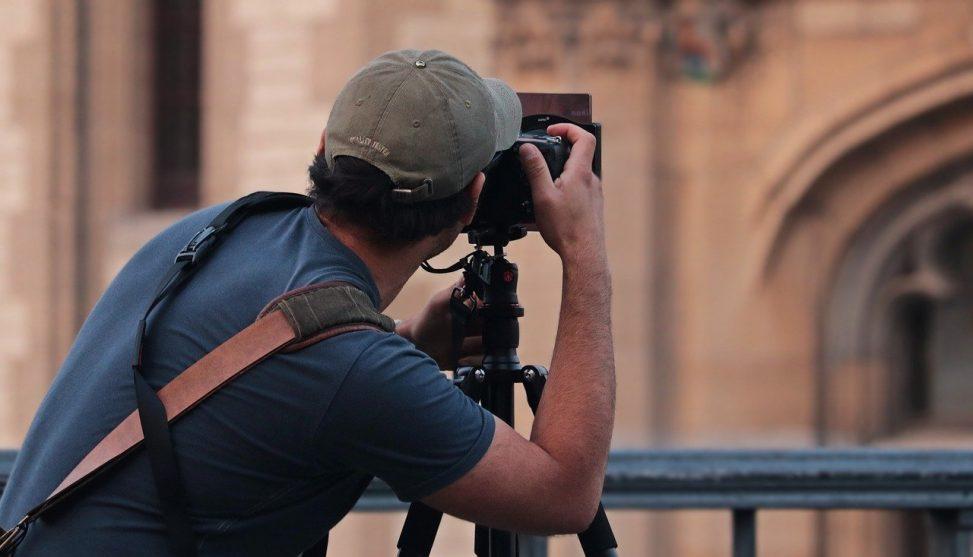 appareil photo numérique reflex avec photographe